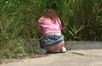 野外放尿してる女を隠し撮りした後、マ○コをさわる!