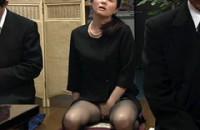 葬式中にこっそりオナニー&おもらしする女